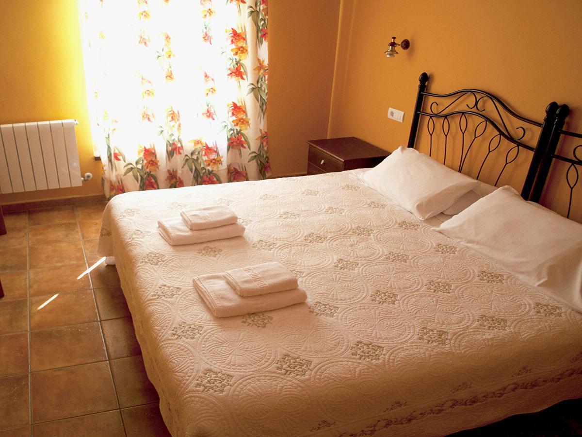 habitación adaptada con cama matrimonio king size