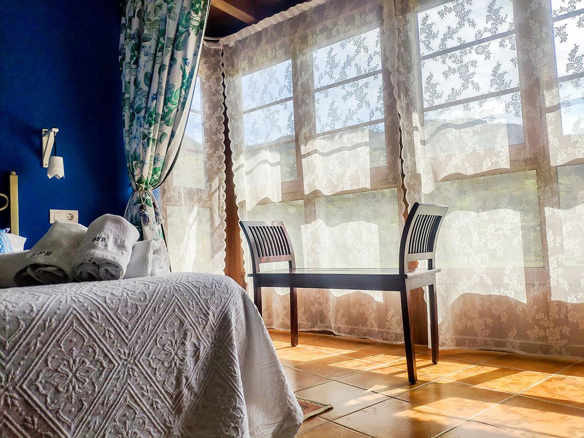 habitación doble cama matrimonio vistas jardin